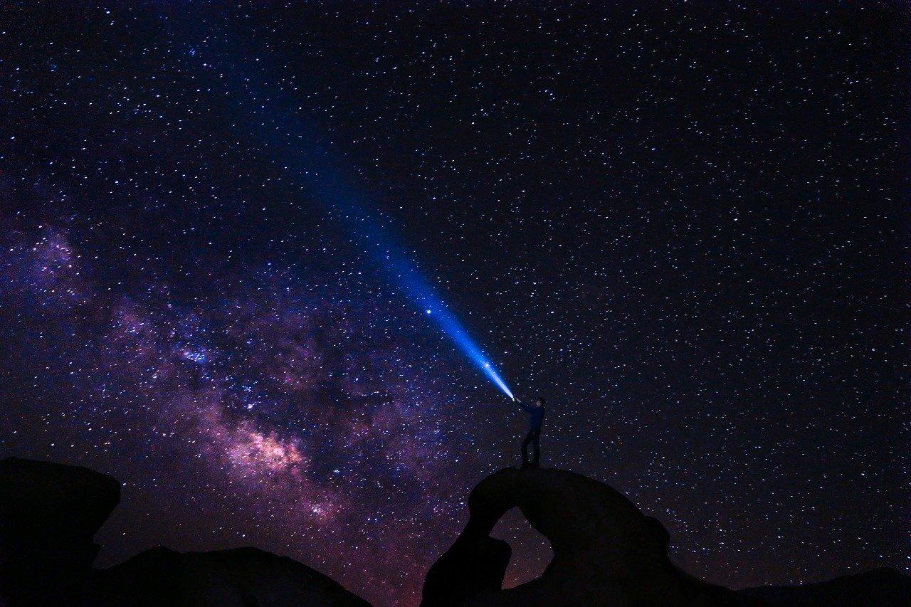 Un homme éclairant le ciel