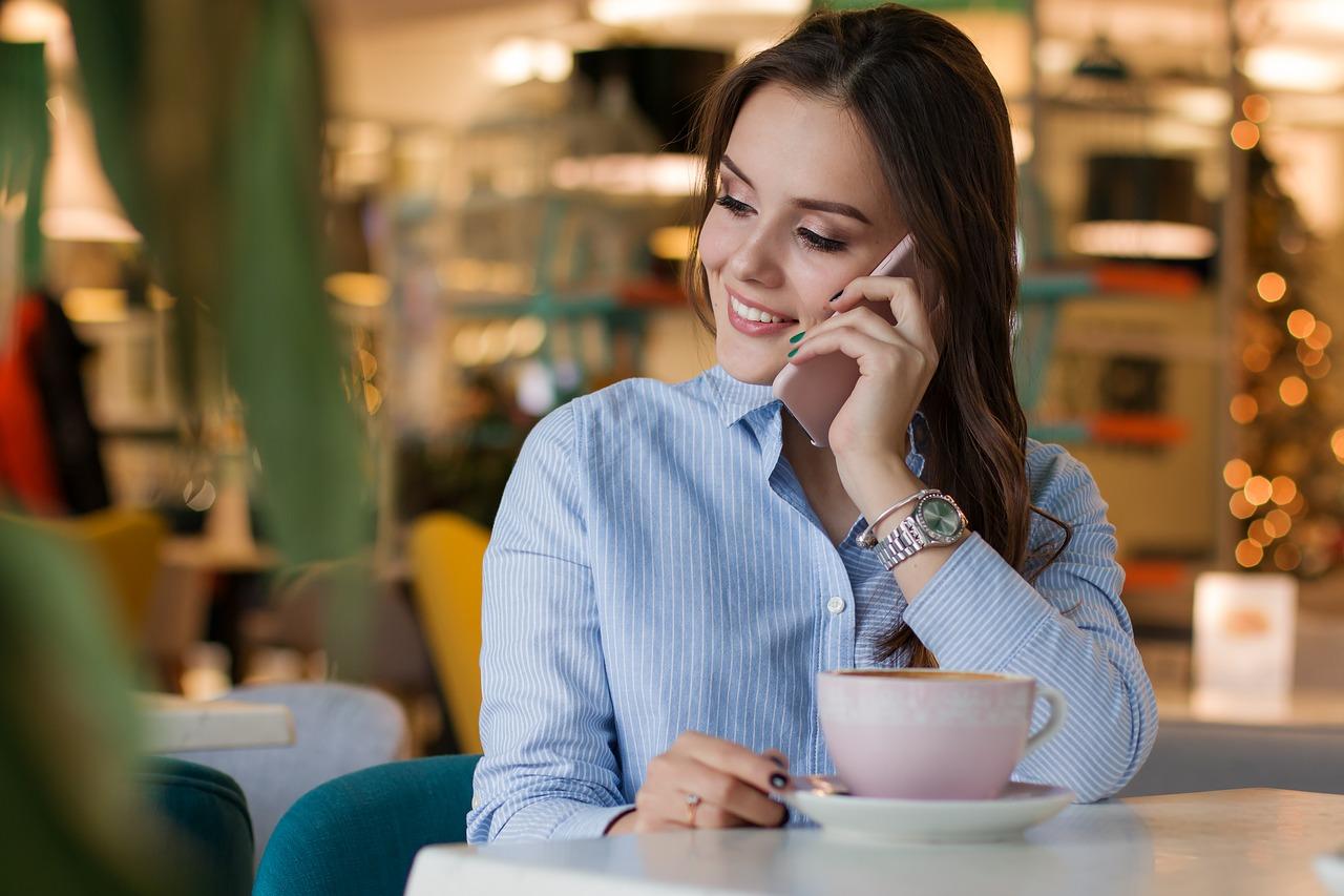 Photo d'une jeune femme au téléphone