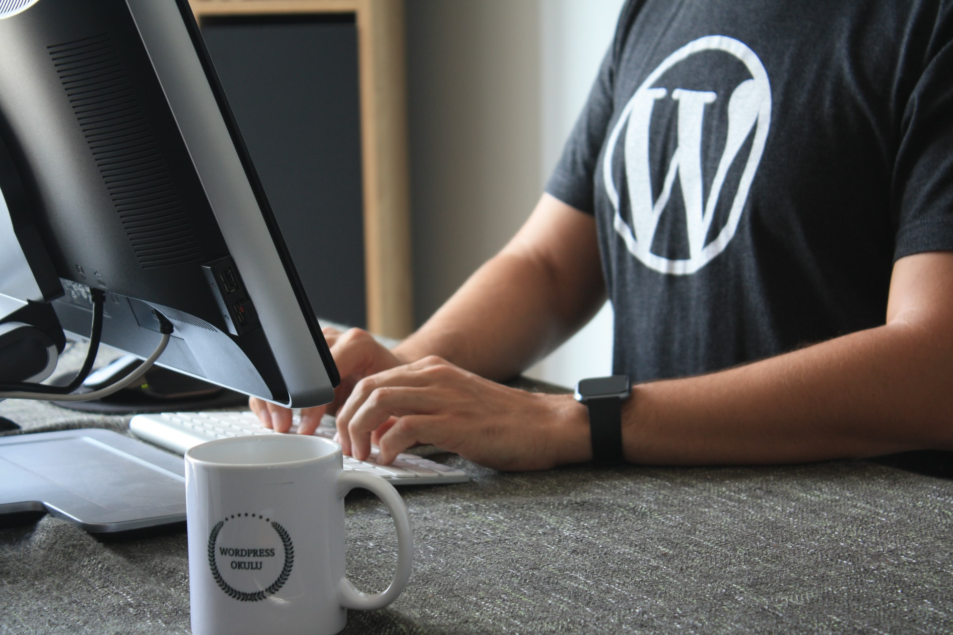Un homme portant un tee-shirt WordPress