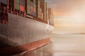 Un navire de fret transportant des containers