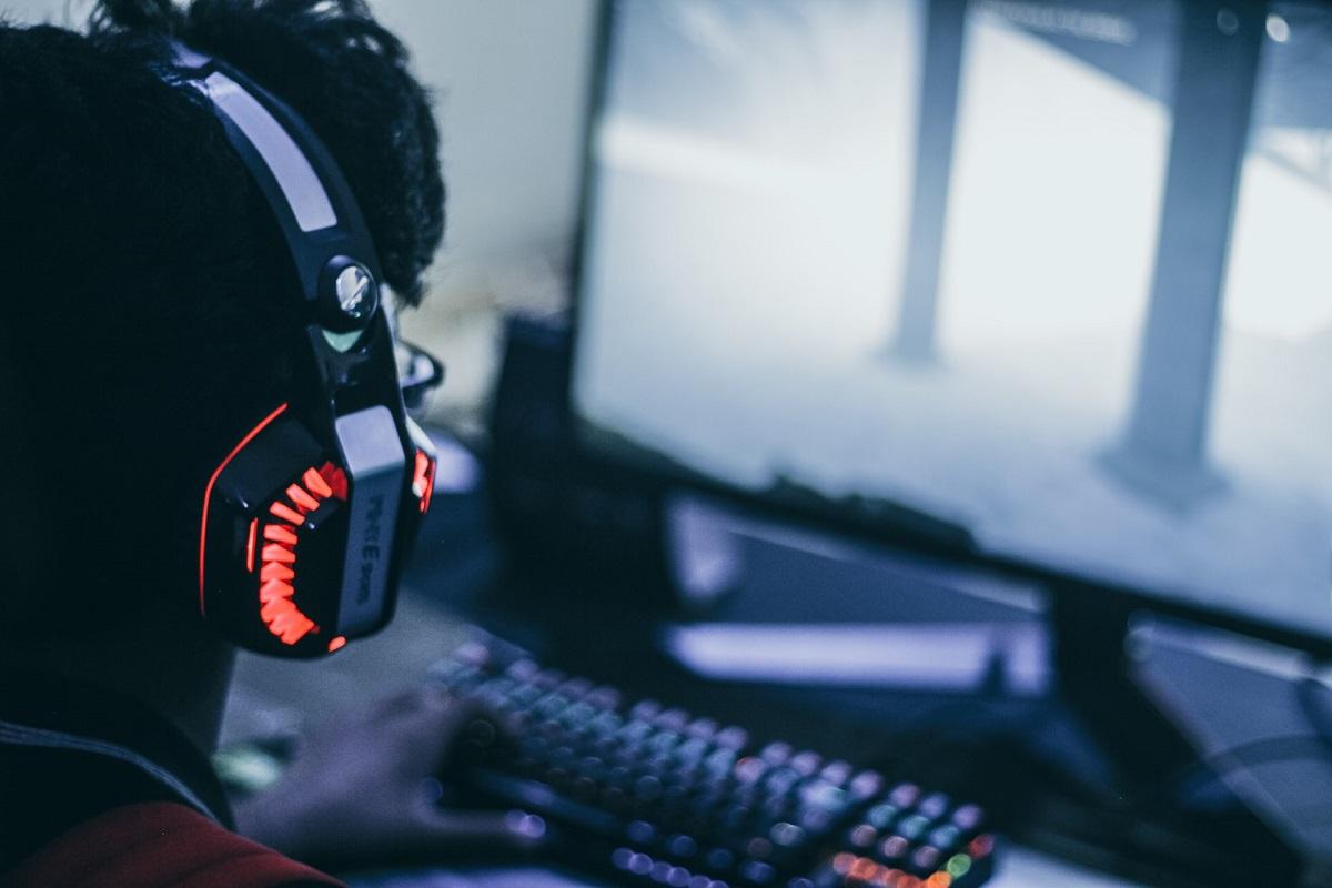 Un joueur devant son ordinateur