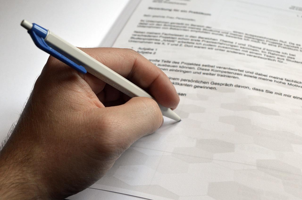 Un individu écrivant avec la main gauche