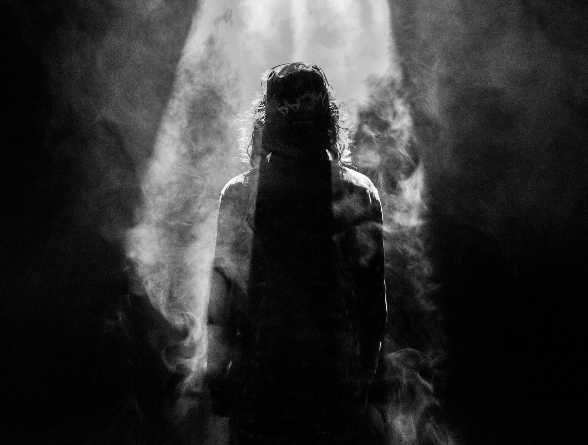 La silhouette d'un Jésus enfumé