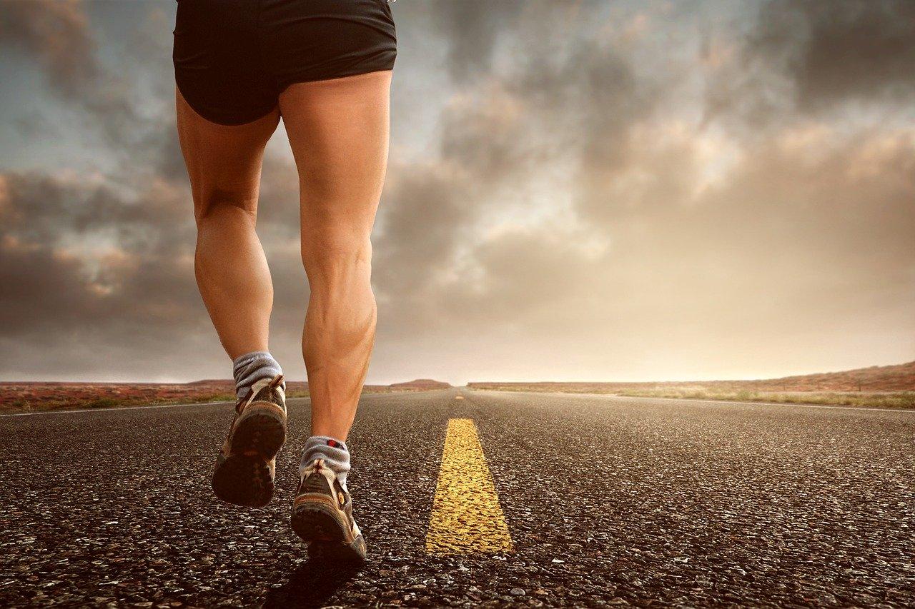 Photo des pieds d'un joggeur