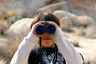 Photo d'un enfant muni de jumelles