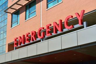 La photo d'un hôpital, ou plutôt des services des urgences