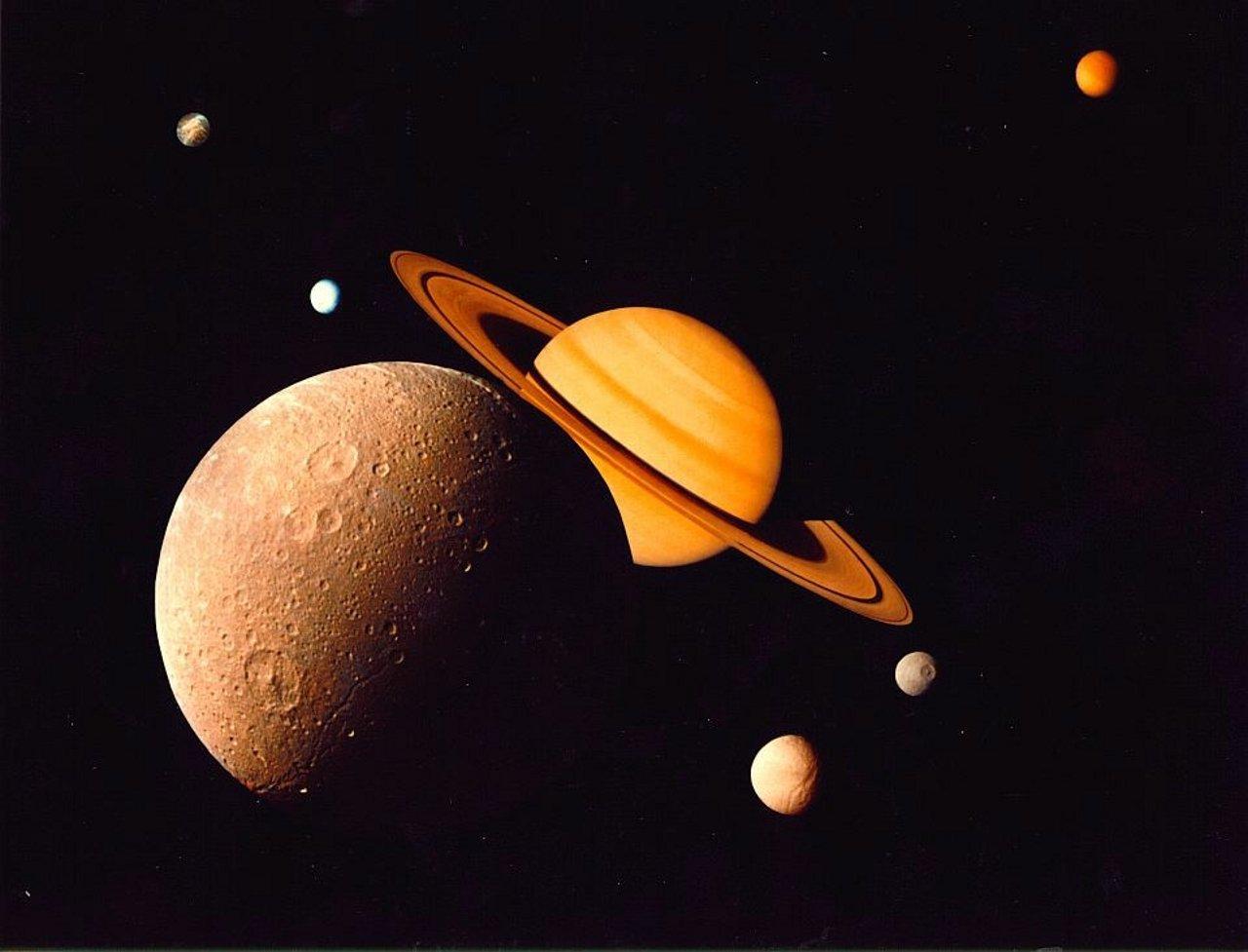 La planète Saturne et ses lunes