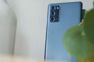 Le dos en plastique du Galaxy Note 20 a fait couler beaucoup d'encre, mais il offre un rendu similaire à du métal brossé.