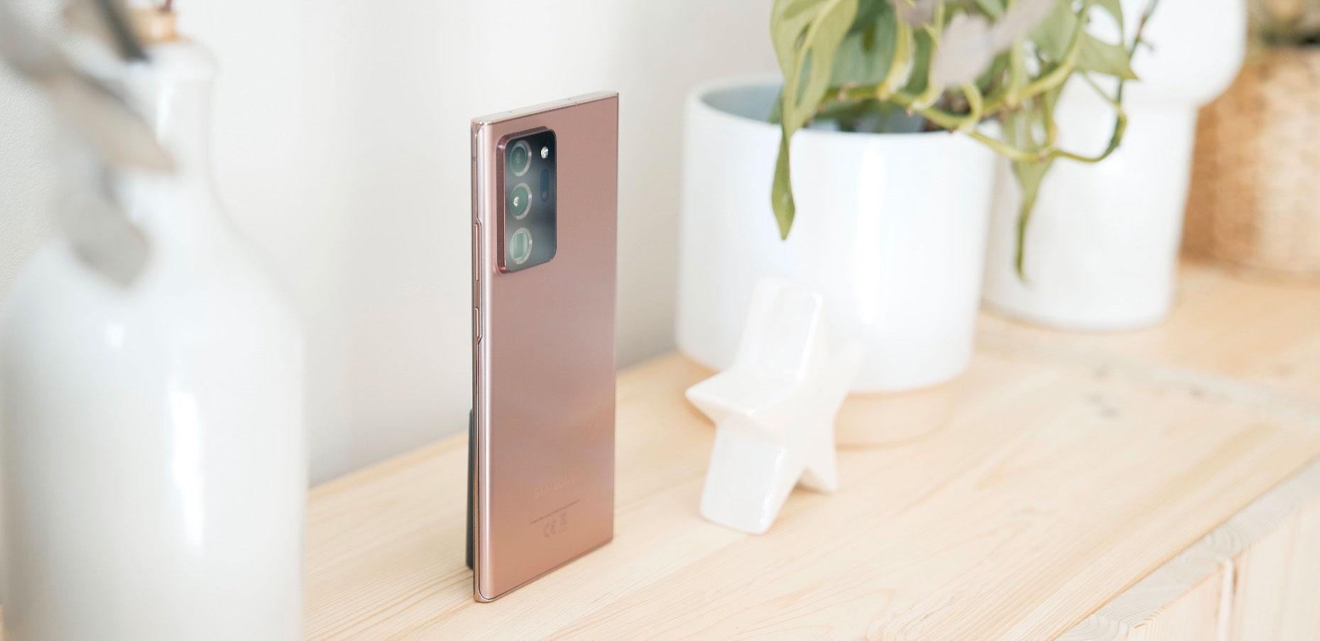 Le dos du Galaxy Note 2 Ultra est mat sur la version Mystic Bronze