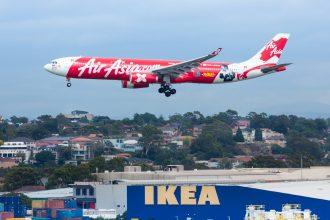 Un avion survolant un magasin Ikea