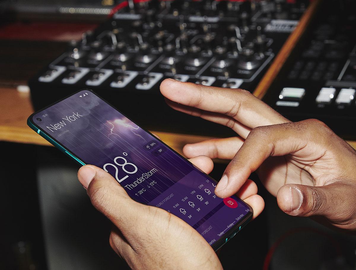 Le OnePlus 8T dit au revoir à l'écran incurvé