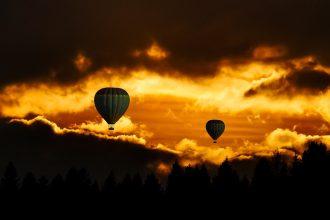 Deux ballons au coucher de soleil