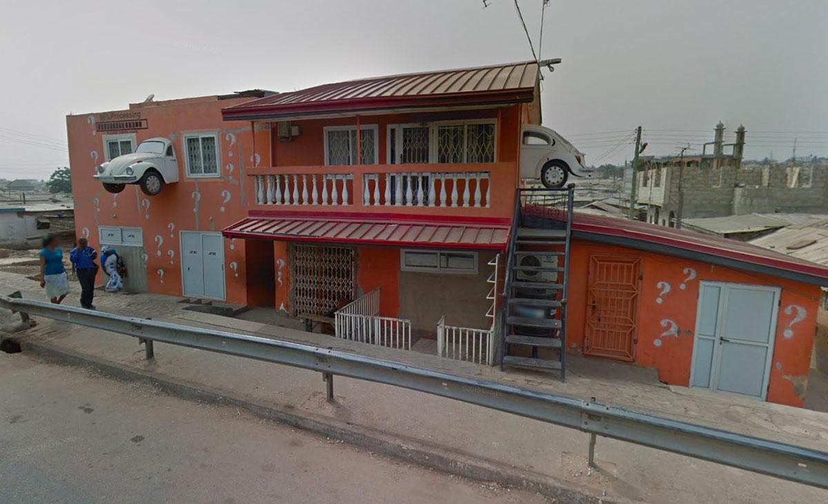 Drôle de maison, n'est ce pas ? S'il n'était pas possible de la visiter dans Google Street View, on pourrait croire que c'est un montage