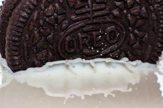 Un Oreo plongé dans du lait