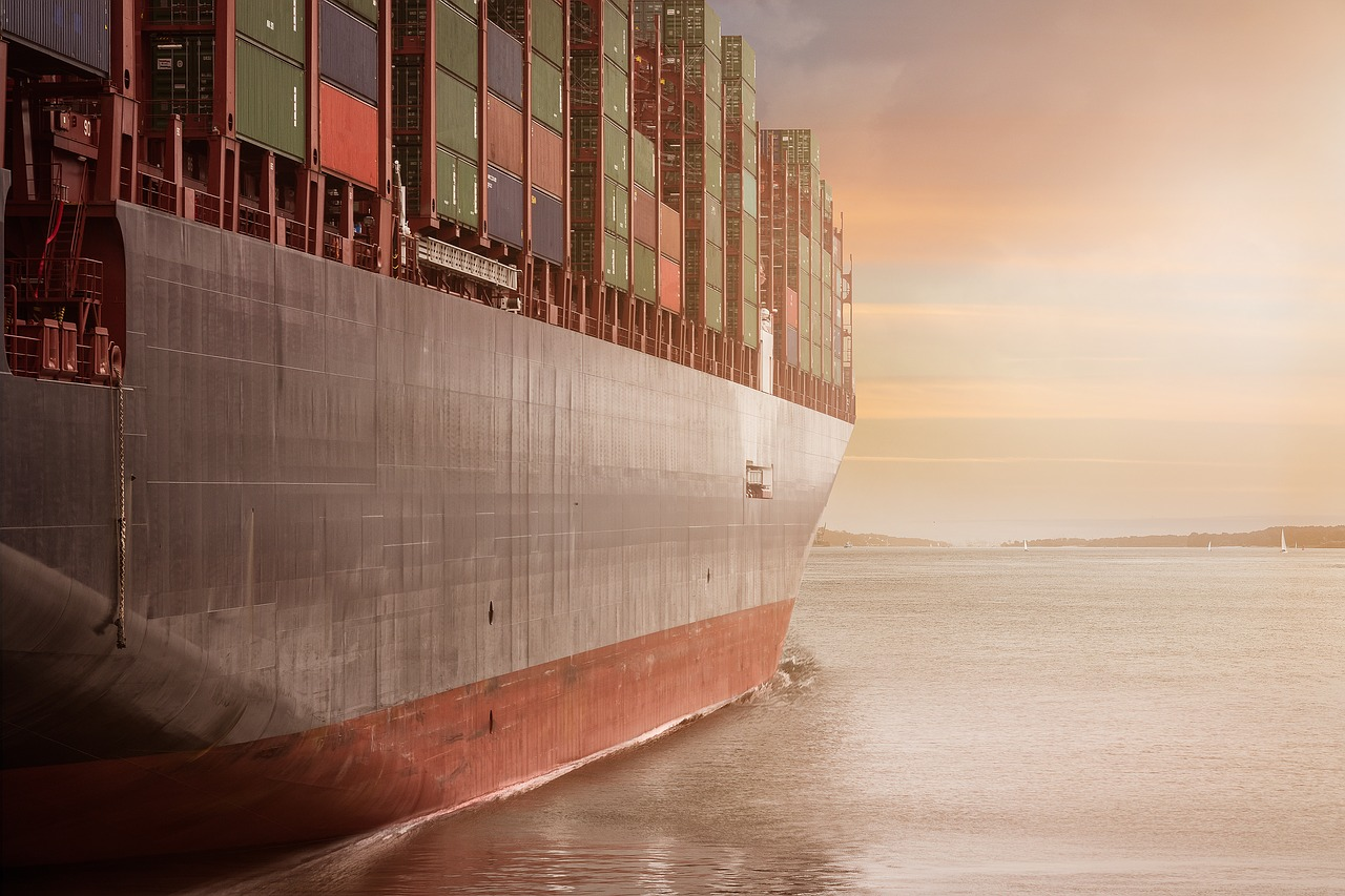 Un cargo transportant des containers