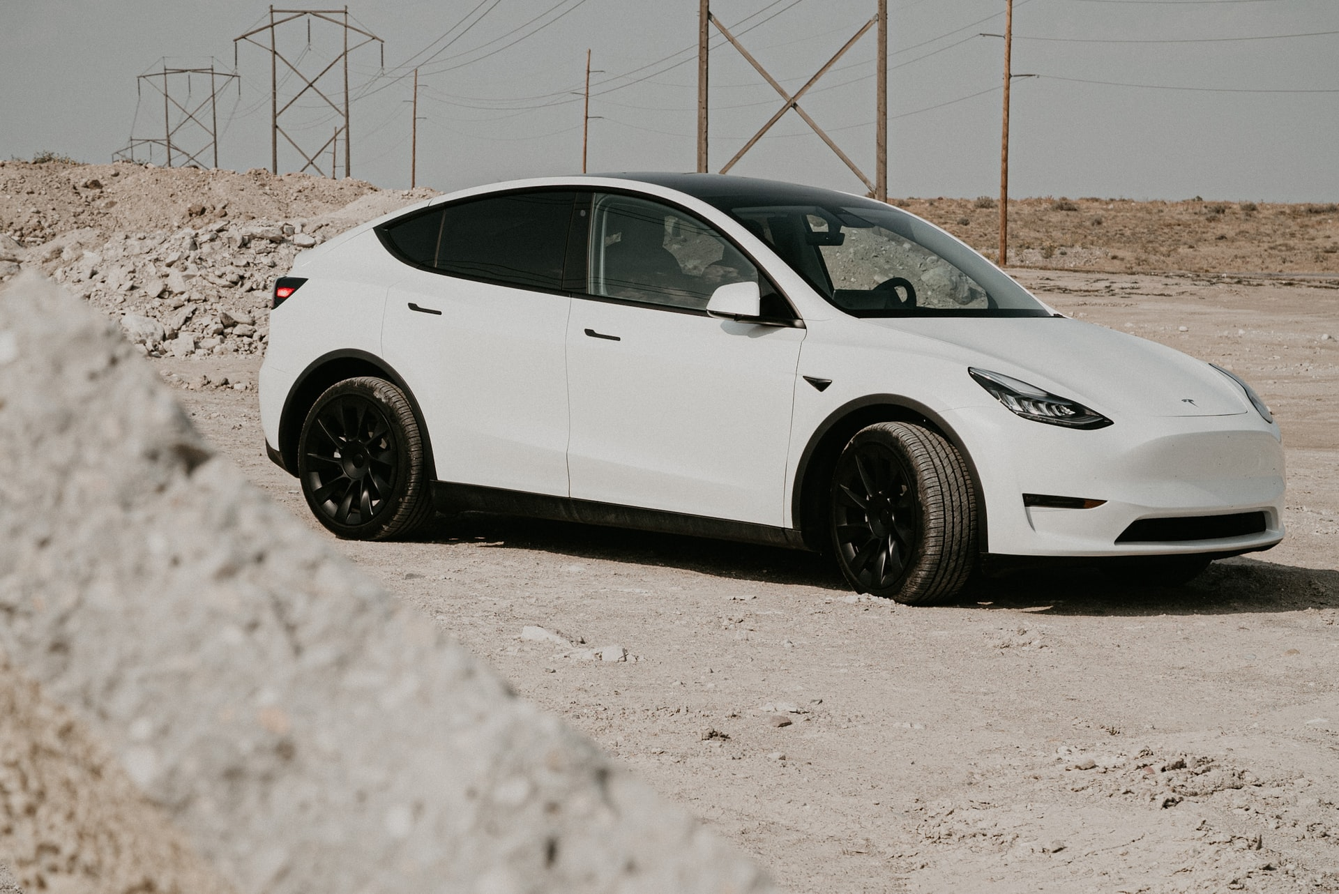 Un Tesla Model Y de couleur blanche