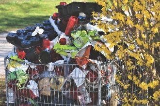 Une poubelle remplie de déchets plastiques