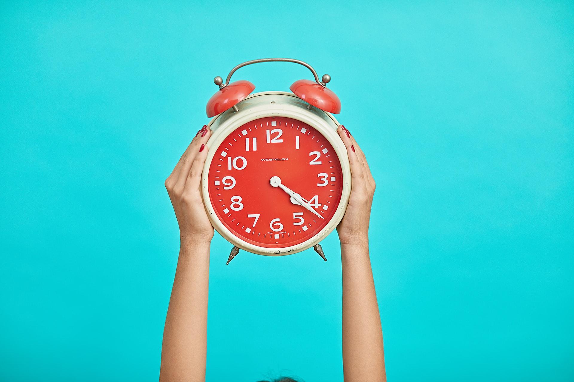Une horloge tenue à pleine main