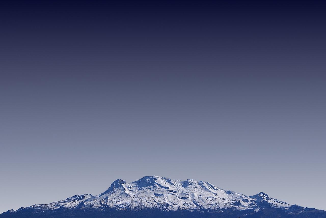 Les sommets glacés d'une montagne