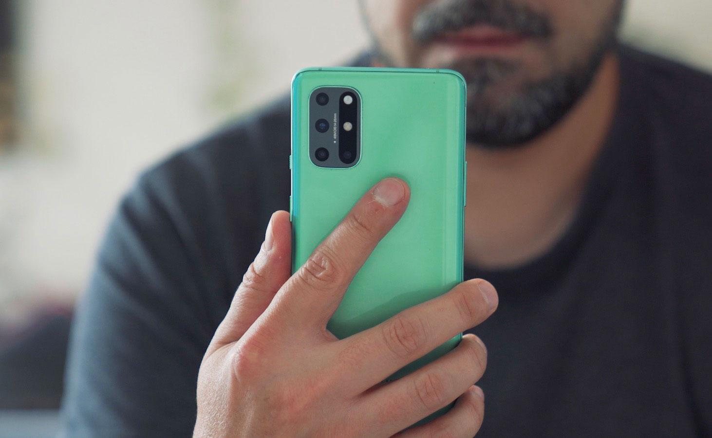 Le OnePlus 8T se décline en deux couleurs. Voici la version verte, qui n'est pas aussi salissante qu'on pourrait le croire