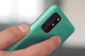 Le OnePlus 8T en main