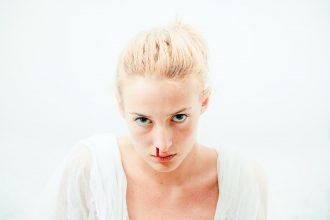 Une femme qui saigne du nez