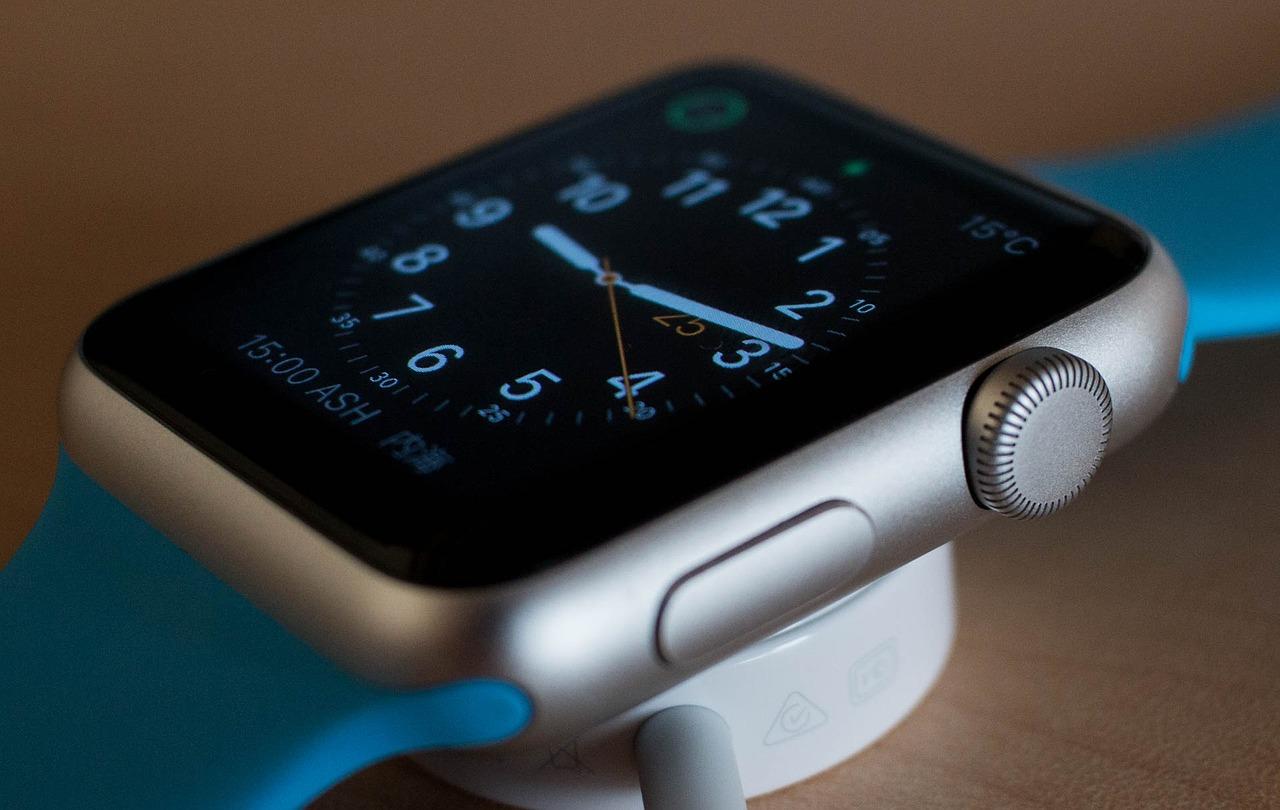 Une Apple Watch Series 6 posée sur sa station de charge