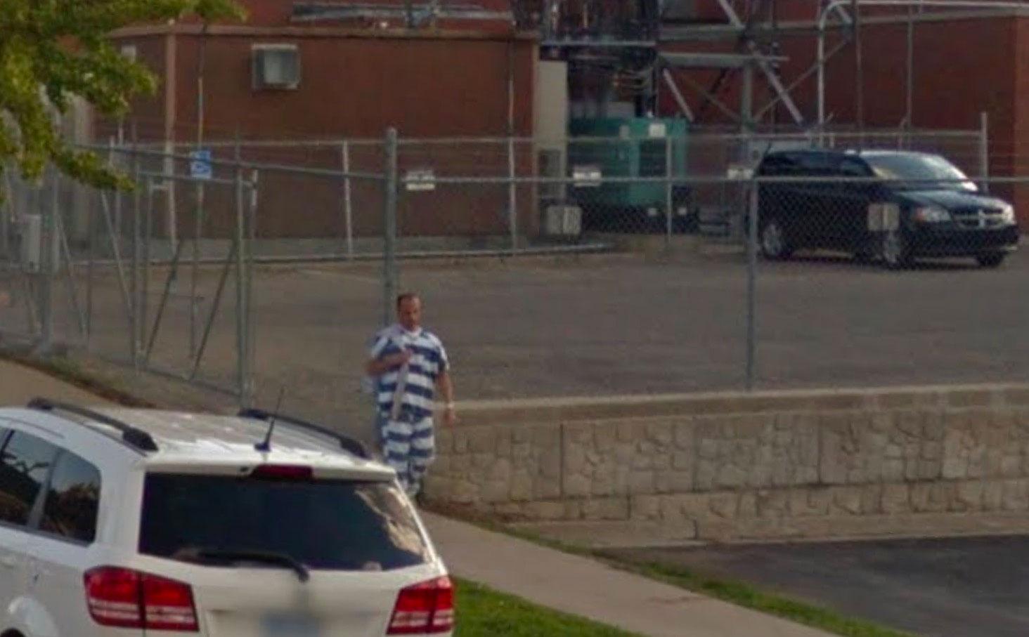 Drôle de costume que celui de cet homme, croisé sur Google Street View