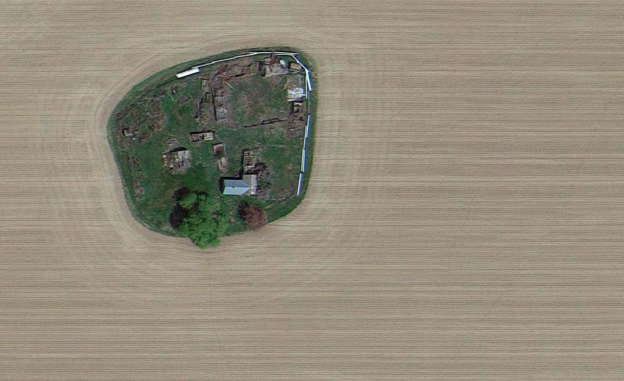 Cette drôle de ferme se trouve au milieu de nulle part et elle semble en très mauvais état d'après la vue de Google Earth