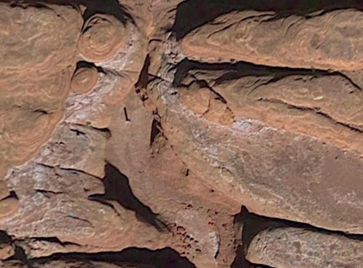 Un monolithe se cache sur cette photo, saurez-vous le retrouver ? Crédits Google Maps