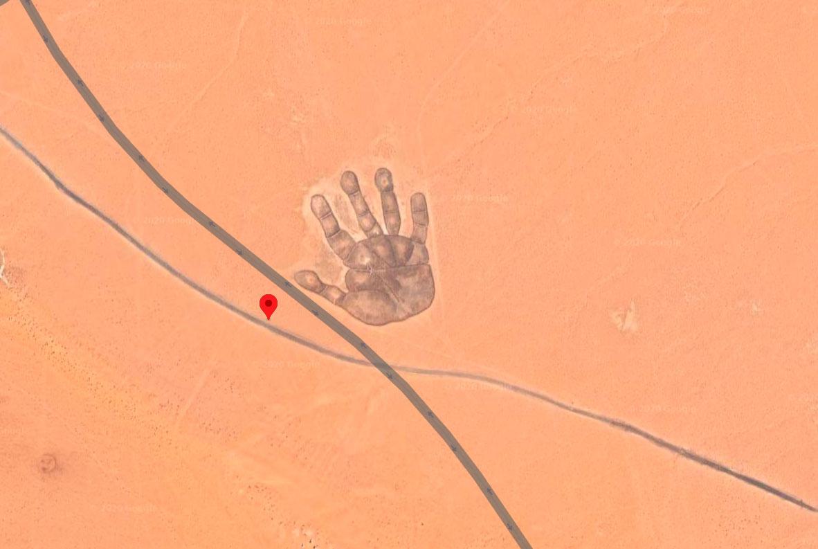 En Mongolie, il y a une paume immense tracée dans le sable