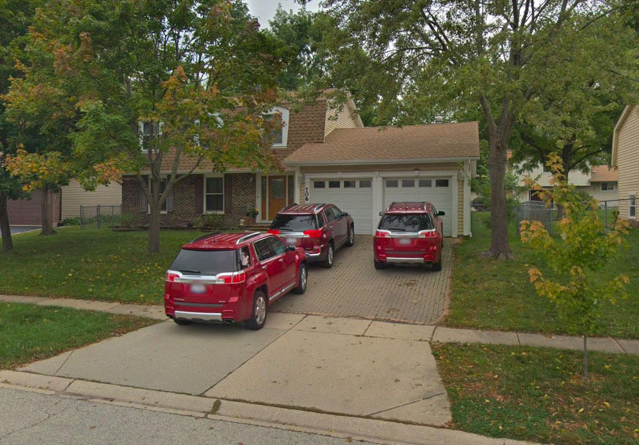 Il semblerait que les habitants de cette maison affectionnent beaucoup cette marque, ce modèle de voiture... et cette couleur