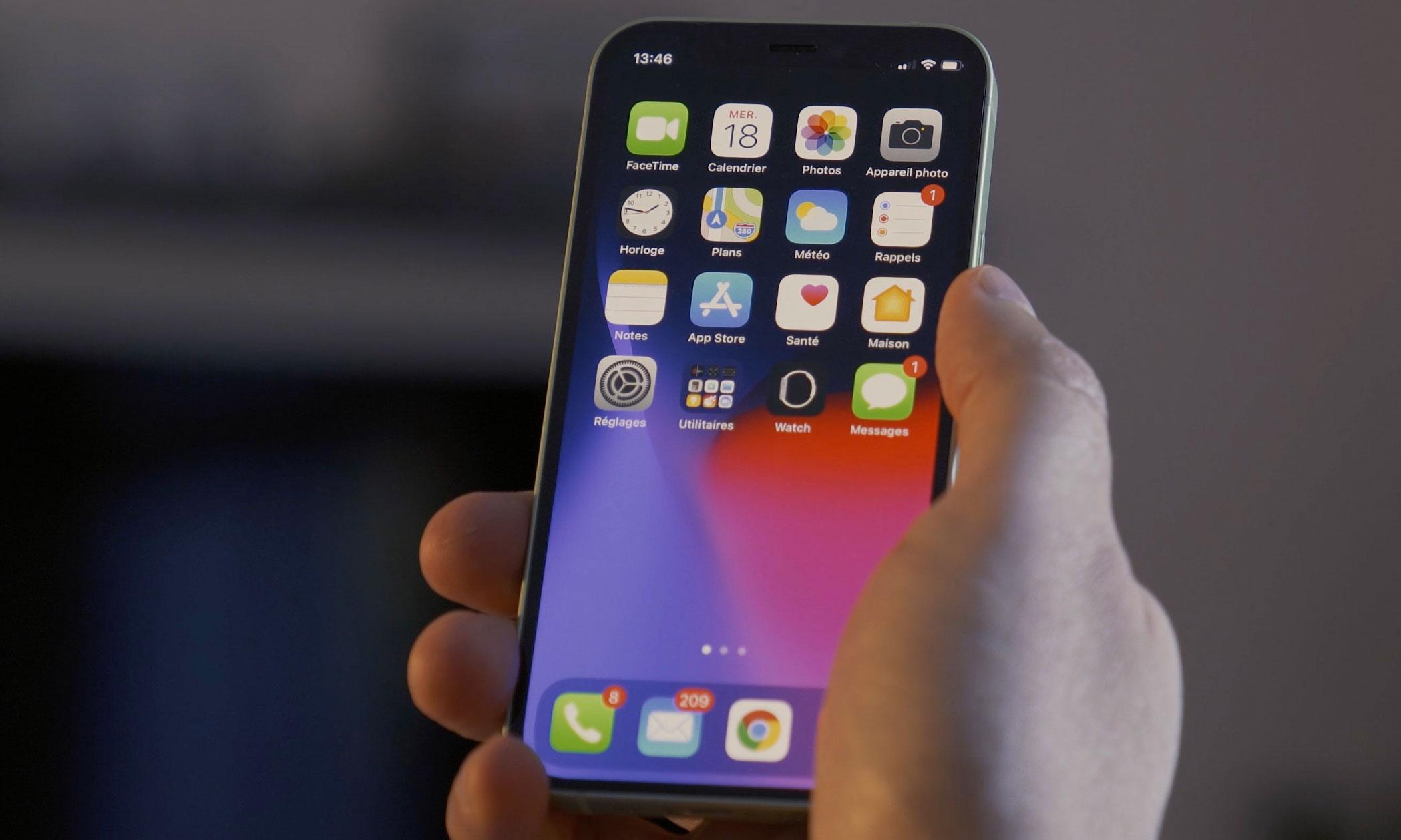 L'iPhone 12 Mini tenu en main