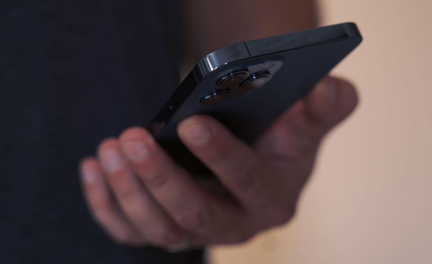 L'acier inoxydable rend le téléphone très résistant