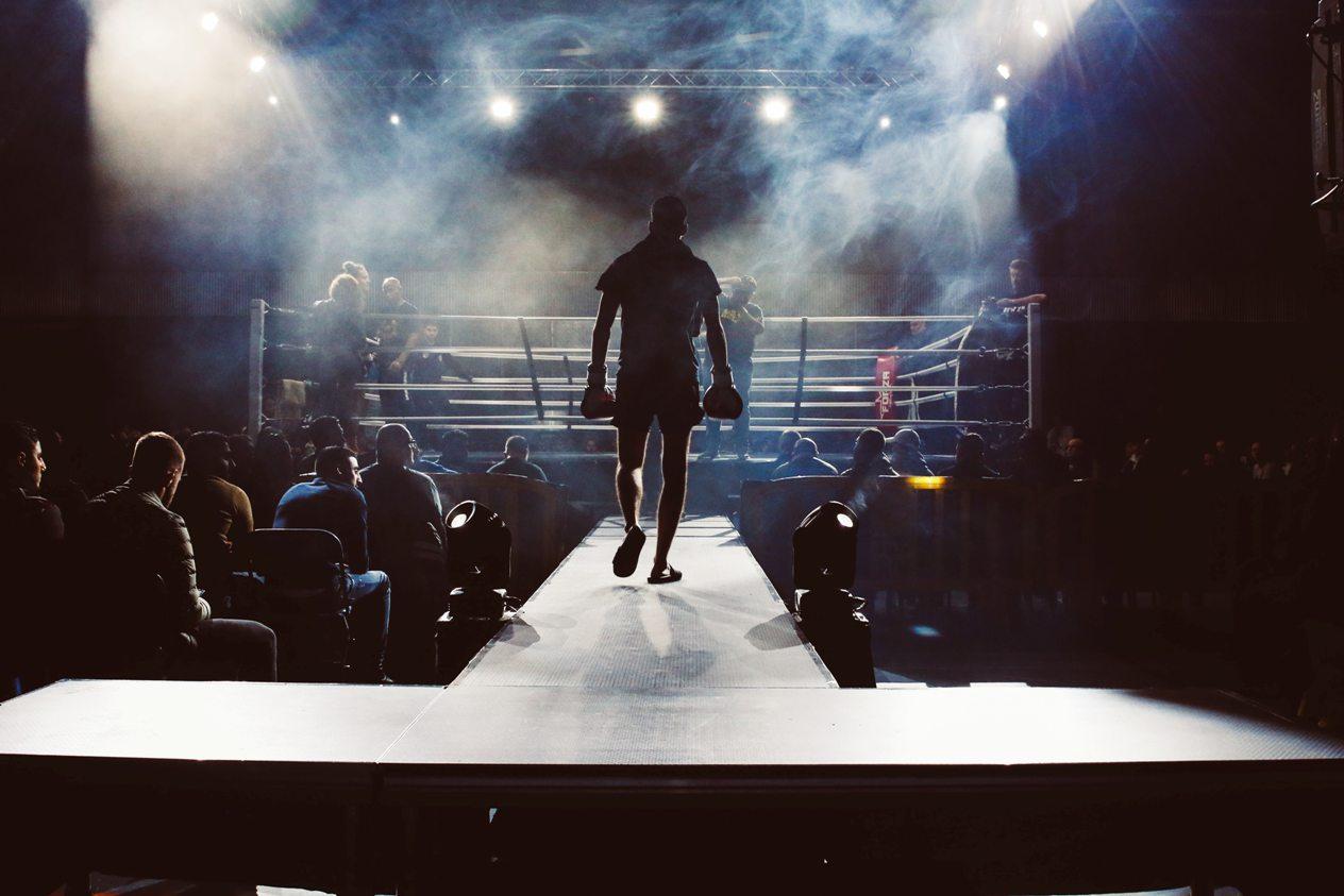 Un concours de boxe opposant YouTubeurs et TikTokeurs