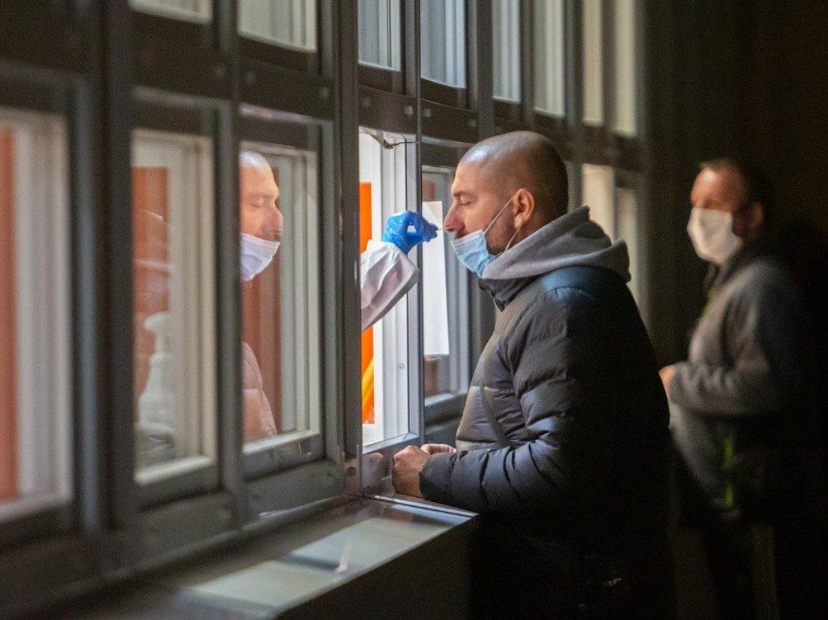 Un homme en train de se faire tester pour la Covid-19