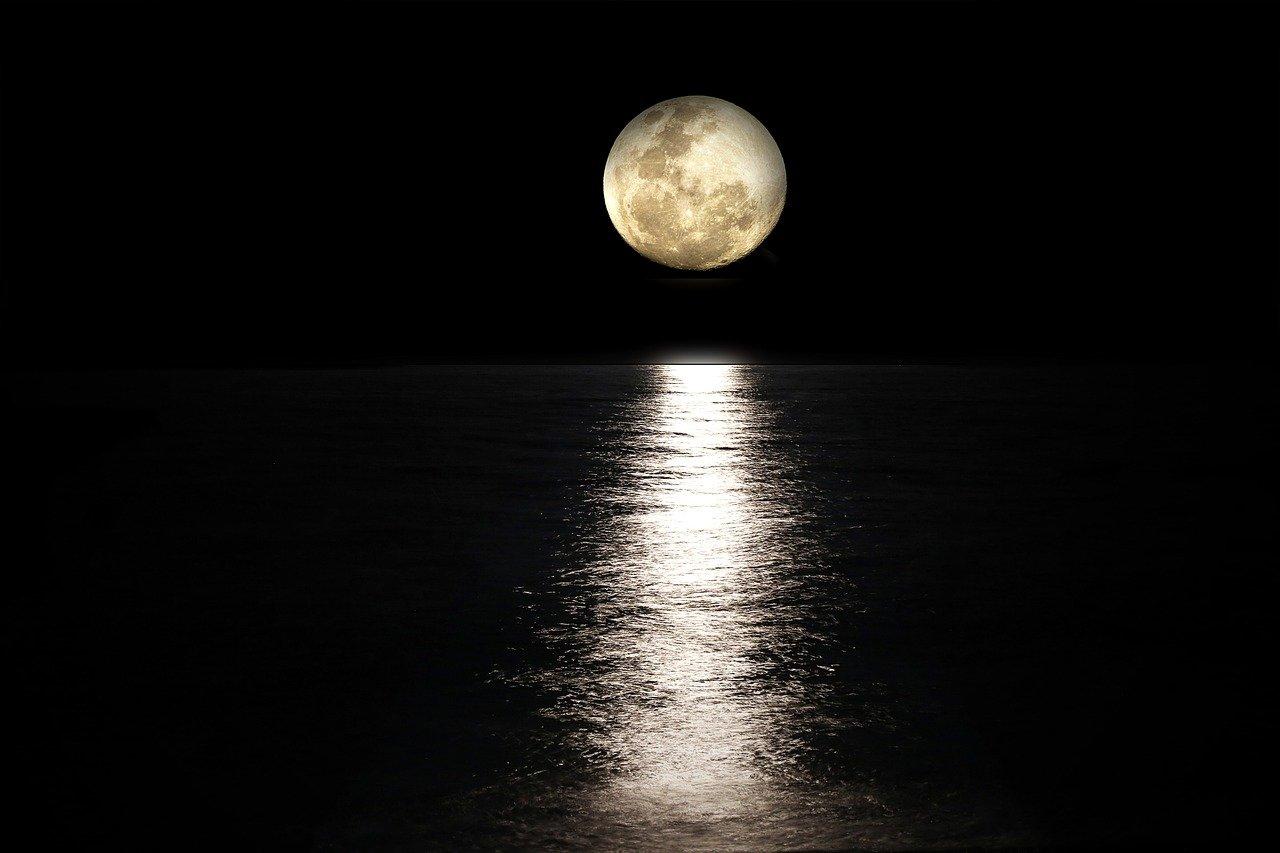 La Lune au dessus de l'océan