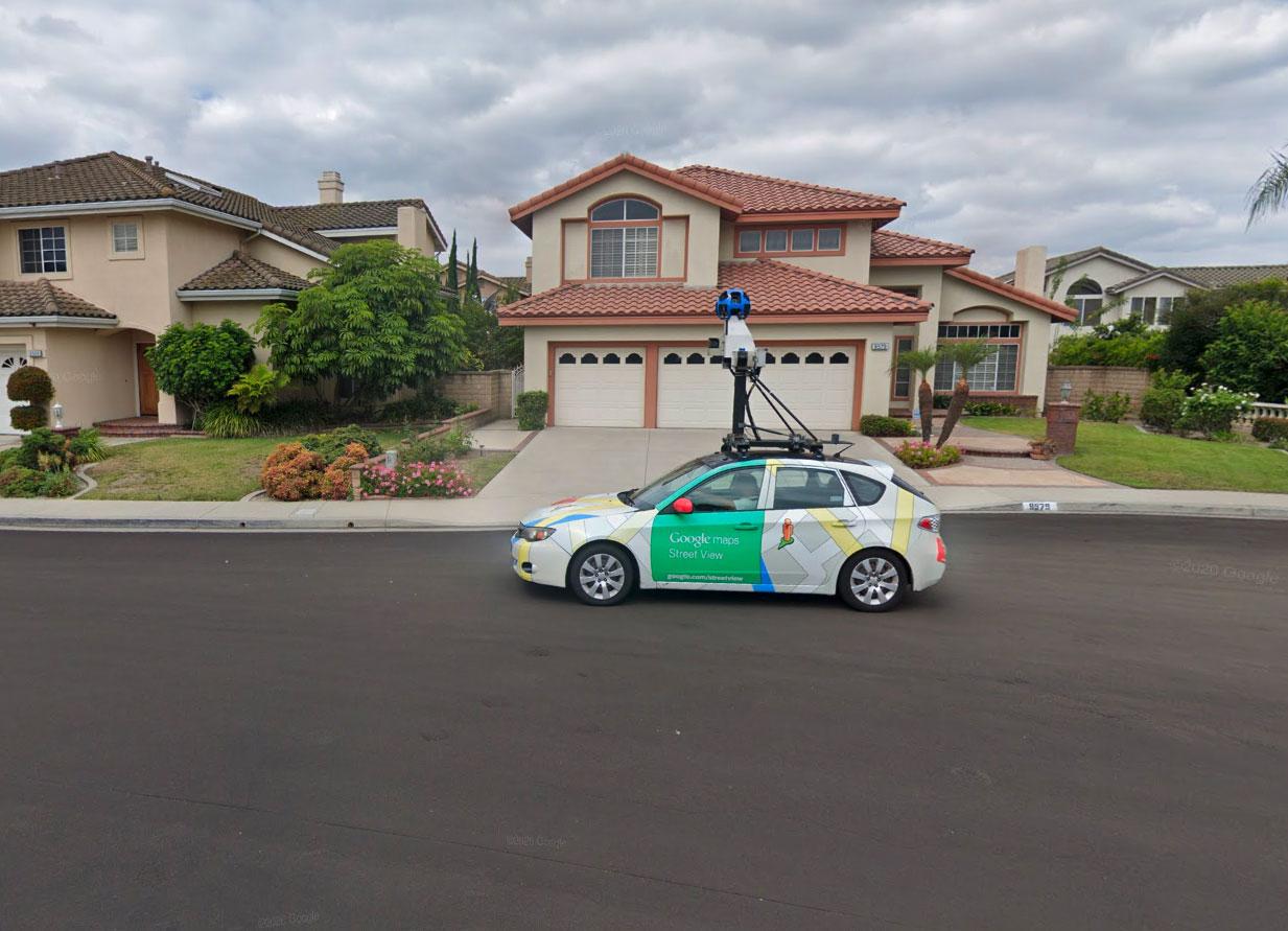 Tiens, on dirait une Google Car. Crédits Google Street View