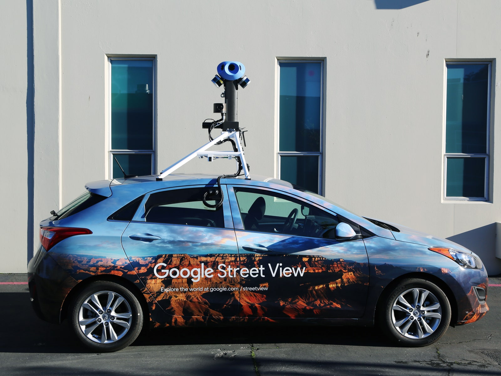 Voici la dernière version de la Google Car, avec la nouvelle version de sa caméra. Crédits Google.