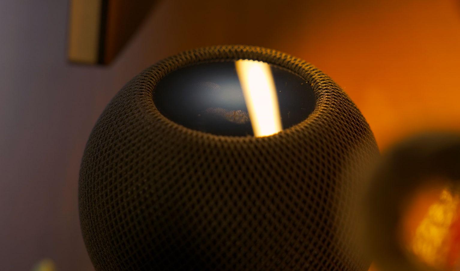 Quand Siri écoute, le HomePod Mini s'illumine