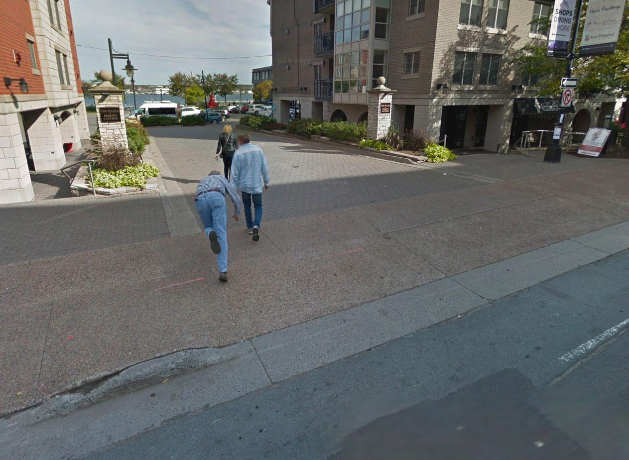 Google Street View a immortalisé à tout jamais la chute de cet homme.