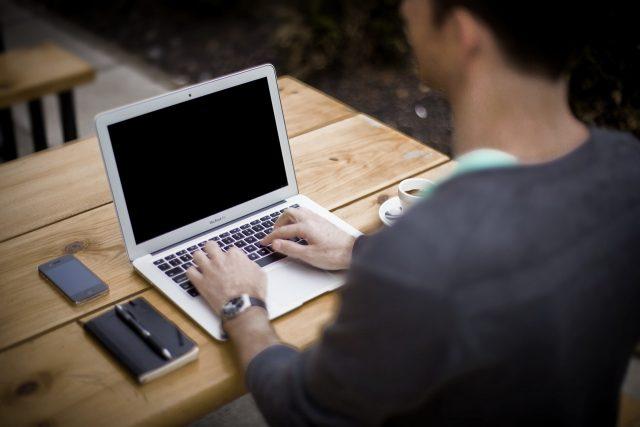 Un utilisateur devant l'écran éteint d'un ordinateur