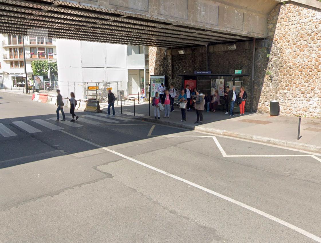 Ici, nous avons volontairement flouter les visages de toutes ces personnes capturées par Google Street View, mais ils apparaissaient nets sur la solution
