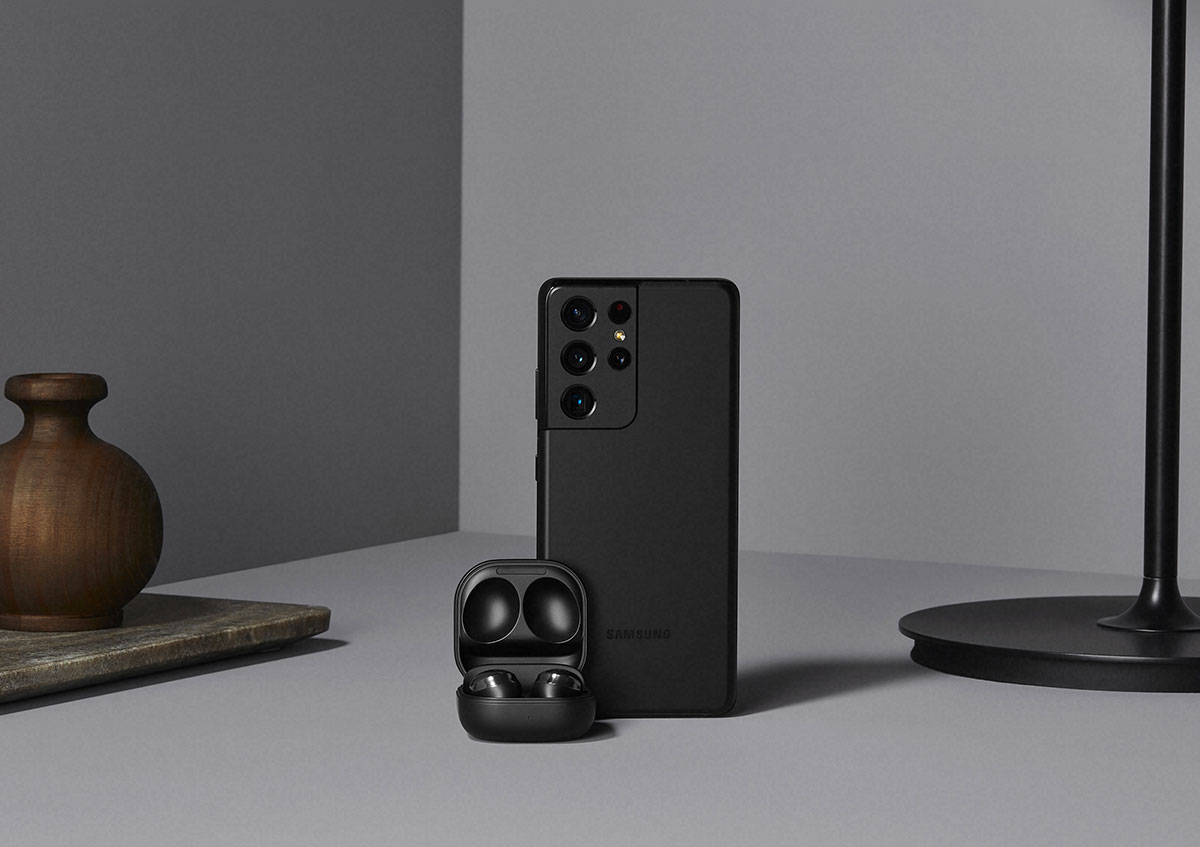 La version noire mate est de toute beauté, et le module photo est presque invisible du coup - crédits Samsung