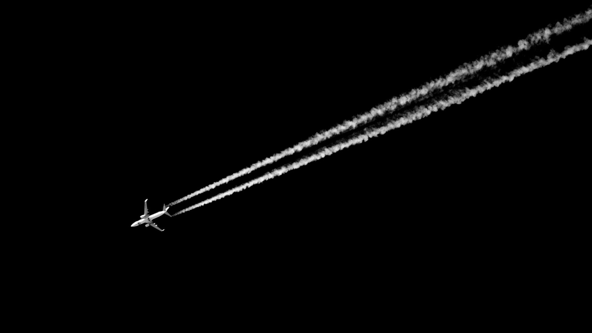 Les trainées laissées par un avion dans le ciel