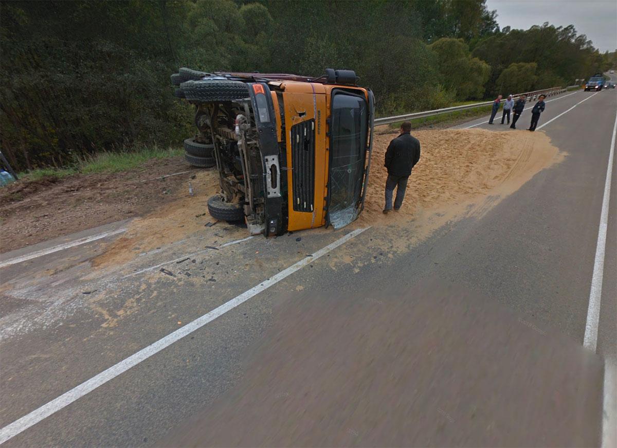 En Russie, un camion s'est retrouvé en fâcheuse posture en prenant une nationale.