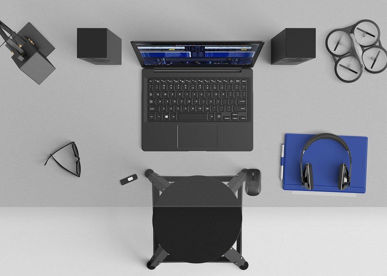 La photo d'un bureau avec un ordinateur sous Windows 10