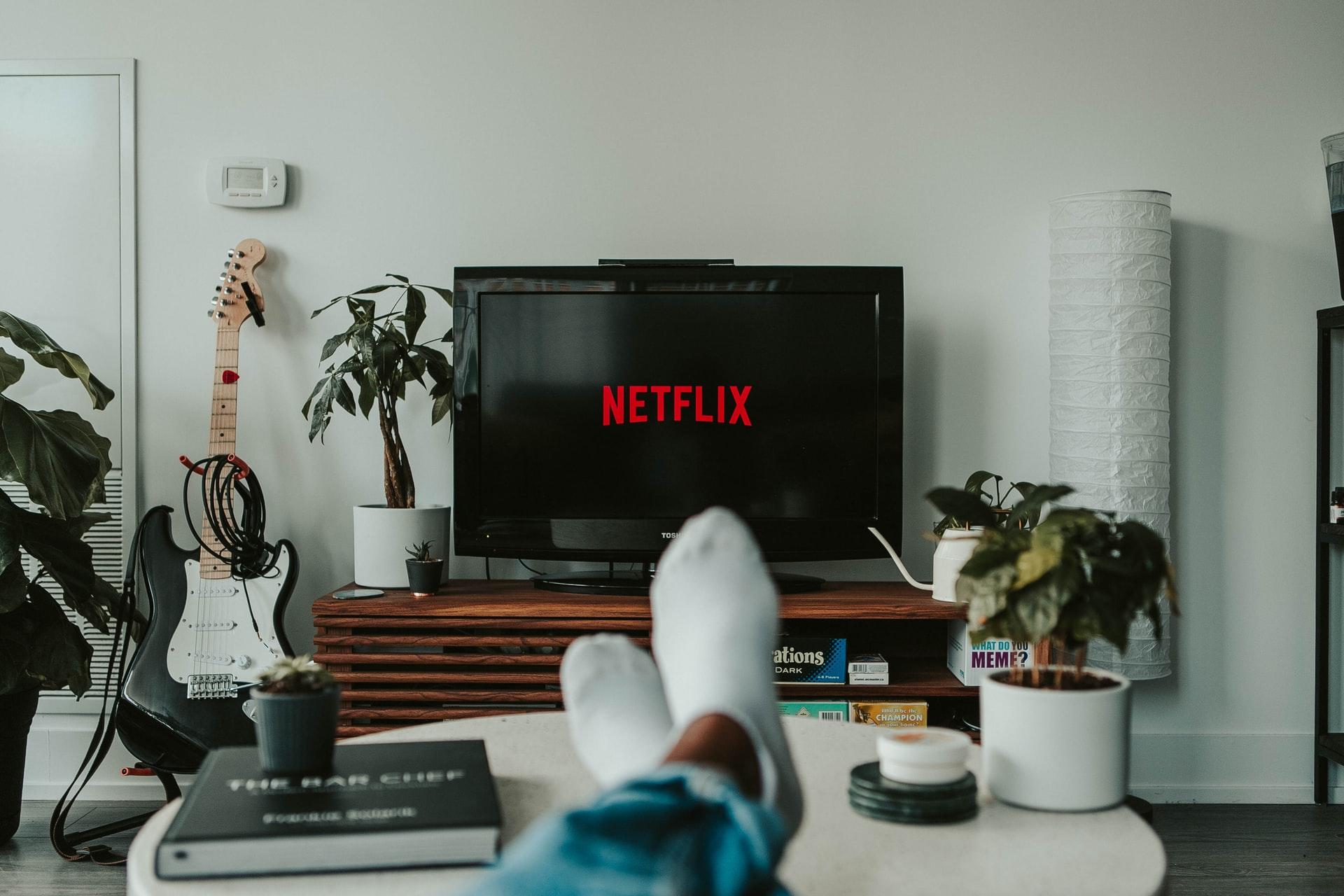 Un écran de téléviseur avec le logo Netflix