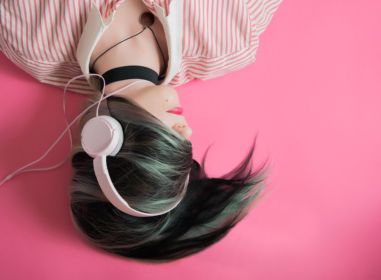 Une fille utilisant un casque audio