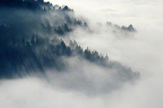 Des montagnes dissimulées par le brouillard